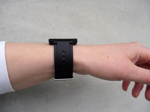 garmin-vivoactive-girl-wrist-angle